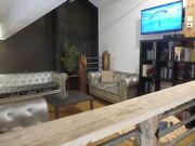 © salon cozy en mezzanine - <em>J. Bowman</em>